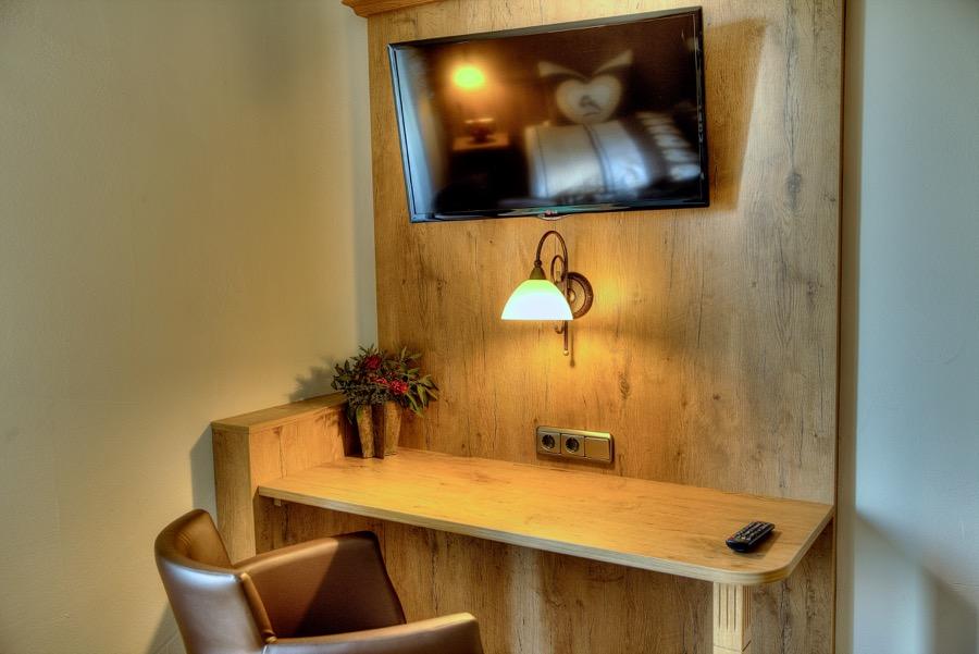 """Schreibtisch im Zimmer mit 32"""" TV"""